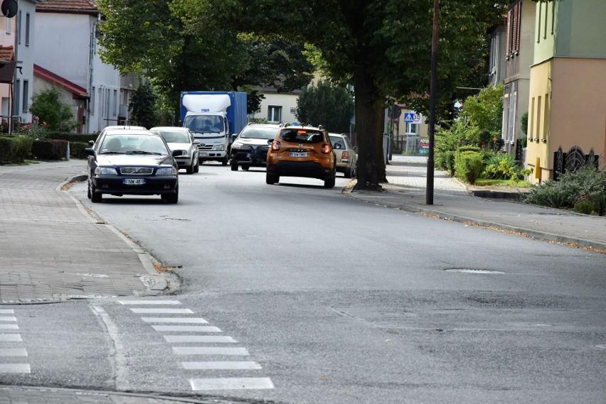 Od poniedziałku, 14 września 2020 r. nie jest zgodny z przepisami ruch w dwóch kierunkach na docinku tej ulicy w Nowej Soli.