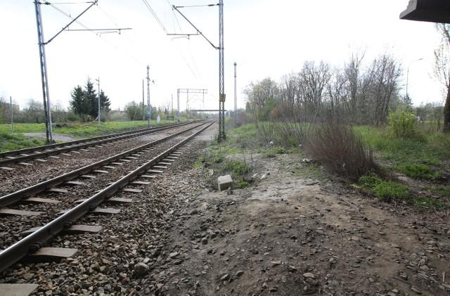 Ta zbrodnia wstrząsnęła nie tylko Łodzią. Na torach kolejowych znaleziono walizkę z poćwiartowanymi częściami ludzkiego ciała. Kim była ofiara i kto ją zabił?Czytaj na kolejnych slajdach