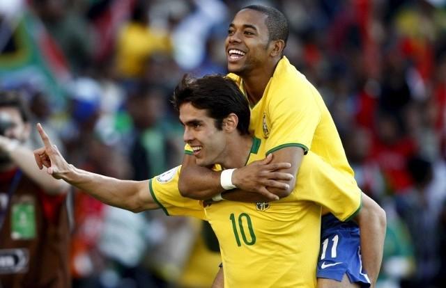 Brazylijczyk Robinho (u góry, na plecach rodaka z reprezentacji, Kaki) świetnie bawi się na boisku i poza nim.