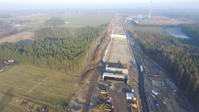 W naszym regionie trwają prace w ramach realizacji drogi ekspresowej S6. Prezentujemy Państwu najnowsze zdjęcia z prac prowadzonych przy obwodnicy Koszalina i Sianowa oraz etapu przygotowującego na odcinku Kiełpino - Kołobrzeg.Realizacja inwestycji w regionie pomorskim jest zagrożona. Wciąż zbieramy podpisy. Dołącz do Nas!Zobacz także Piotr Jedliński o S6