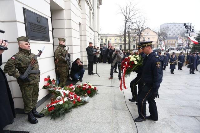 Pod tablicą upamiętniającą zmarłych w katastrofie pod Smoleńskiem składane były kwiaty.