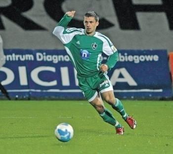 Piotr Giza (na zdjęciu jeszcze w barwach Cracovii w ligowym meczu z Legia Warszawa 19 września 2008 roku) tym razem zagra po drugiej strony krakowskich Błoń przeciwko Wiśle Fot. Wacław Klag