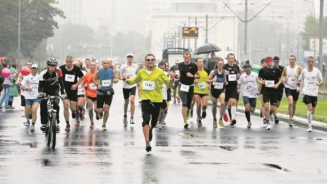 Maraton jest dla Wrocławia prestiżową imprezą. Moda na biegi zatacza coraz szersze kręgi, więc nie powinno brakować chętnych również do udziału w półmaratonie. Czy zniechęcą ich wysokie stawki?