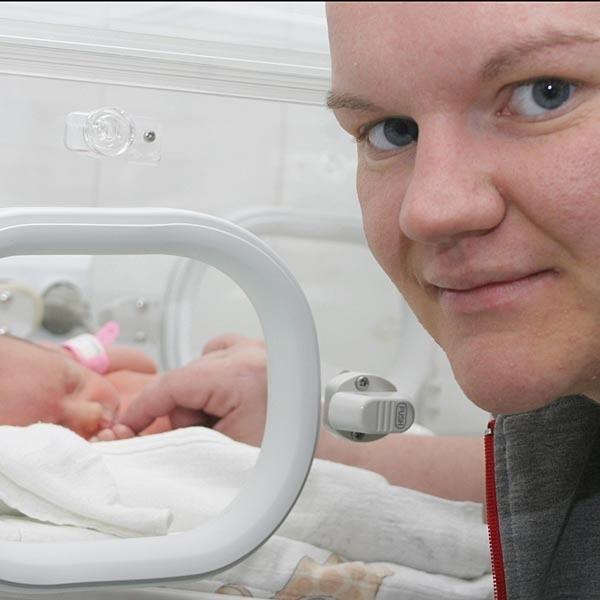 Szczęśliwa mama Magdalena Haptaś z Gabrysią, która urodziła się pierwsza: - Cała rodzina czeka na nasze cuda z utęsknieniem. W tej chwili zdrowie dzieci jest dla nas najważniejsze.