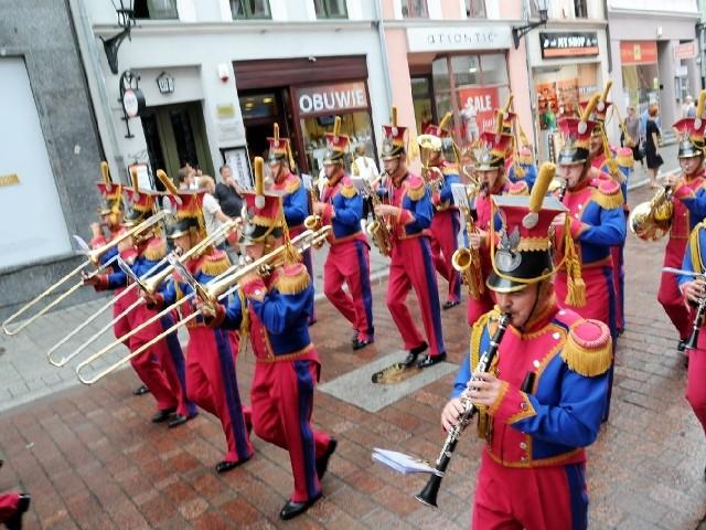 Orkiestra wojskowa na toruńskiej Starówce