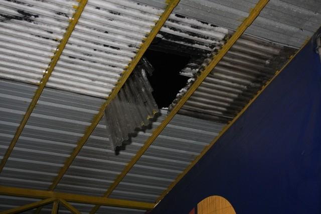 Mężczyzna spadł z dachu na naczepę samochodu ciężarowego a następnie na ziemię