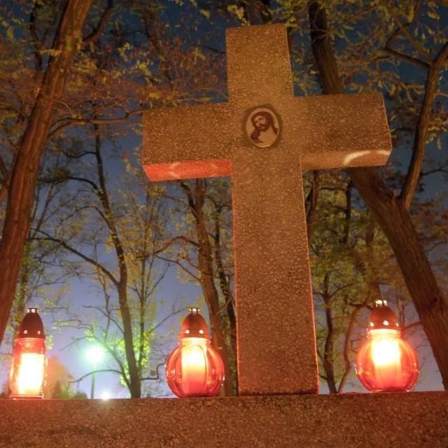 Dzien Wszystkich Świetych na cmentarzu w Opolu Pólwsi.