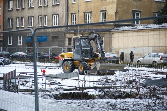 Przedsiębiorstwo Produkcyjno-Usługowo-Handlowe Włomex miało zakończyć przebudowę placu Biskupiego do 4 grudnia 2020 r. Tak się nie stało. Miasto wypowiedział więc umowę temu wykonawcy. Teraz zostanie ogłoszony przetarg na dokończenie prac.