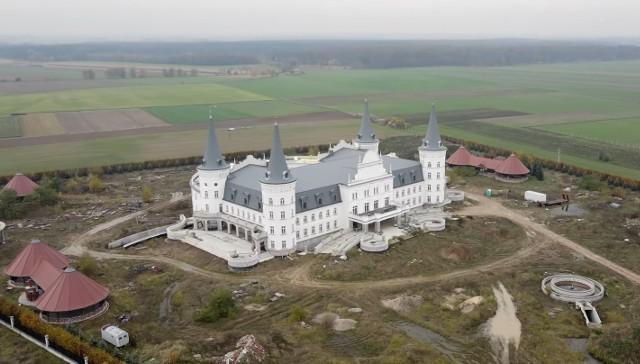 Stobnica to nie jedyna wieś w Wielkopolsce, gdzie powstaje budowla przypominająca zamek sprzed kilkuset lat. W Katarzyninie niedaleko Kościna na ukończeniu jest zamek z czterema wieżami, w którym ma powstać hotel. Zobacz więcej zdjęć ---->