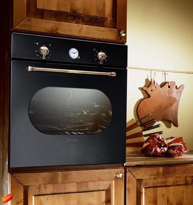 Piekarnik elektryczny w stylu retro w zabudowie kuchennejKuchnia retro: wnętrze w ciepłym klimacie