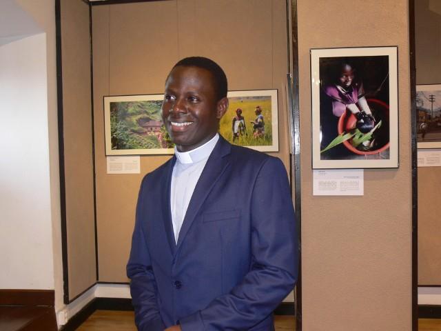 Cedrik Ishimwe Mic z Rwandy od trzech lat w Polsce studiują teologię, był jednym z gości wernisażu.