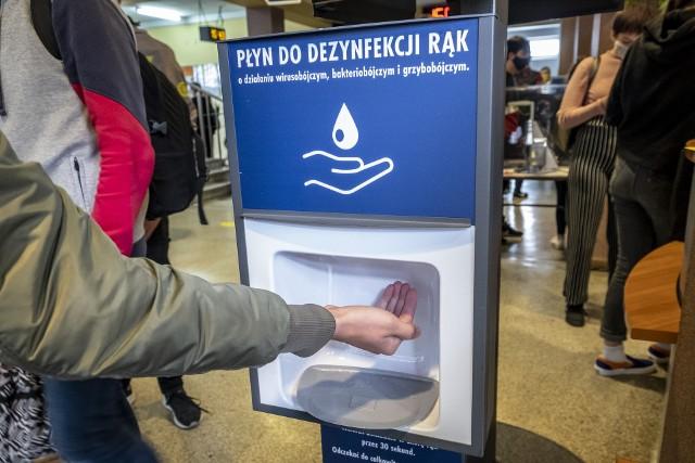 Obowiązek dezynfekowania rąk przy wejściu, maseczki w częściach wspólnych podczas przerw - o tym trzeba będzie pamiętać w nowym roku szkolnym 2021/2022