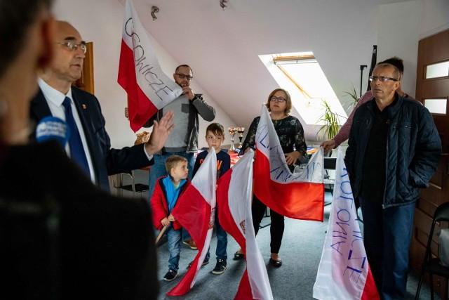 Kolejowe plany wzbudzają ogromny sprzeciw mieszkańców. Jak duży - można było się przekonać na jednej z konferencji polityków PiS w Białymstoku, tuż przed wyborami. Pojawiło się na niej aż kilkudziesięciu mieszkańców gminy Wasilków i Dobrzyniewo Duże. Niektórzy przyszli z flagami i mapami, pokazującymi, że PKP opracowując warianty przebiegu Rai Baltiki, posługiwała się nieaktualnymi danymi