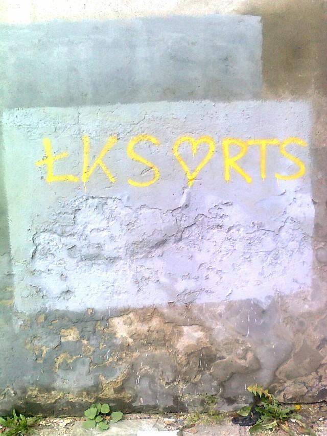 Napis na murze przy ul. Tuwima nieopodal ul. Targowej.