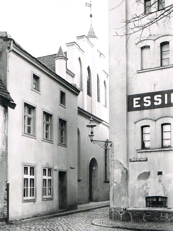 Synagoga lęborska mieściła się przy dzisiejszej ulicy Derdowskiego. Zostałą zbudowana w 1846 roku, zburzona w 1938 podczas nocy kryształowej.