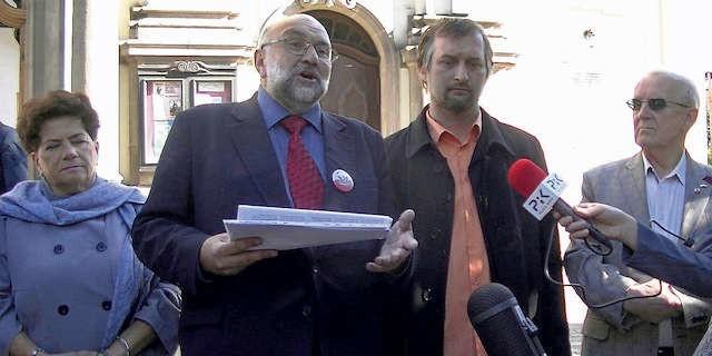 Przedstawiciele bydgoskich środowisk prawicowych zorganizowali wczoraj konferencję  prasową w obronie swego idola