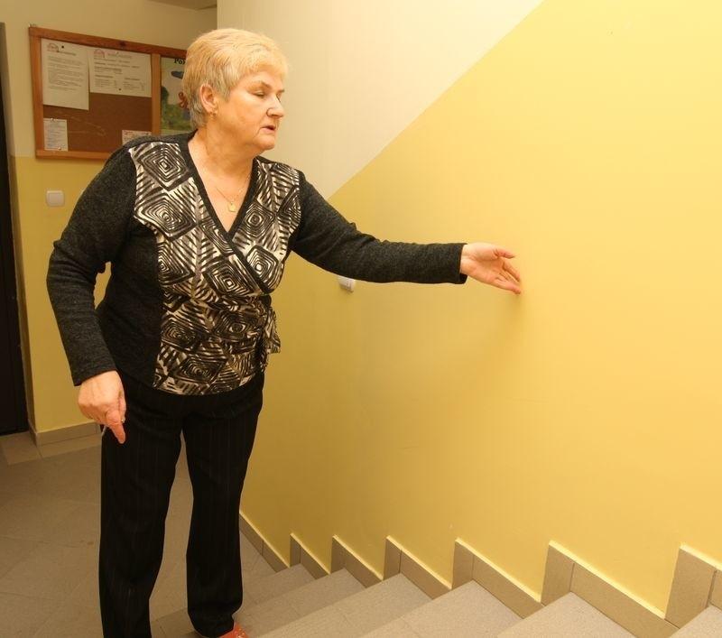 Pani Antonina pokazuje, w którym miejscu powinna być winda.