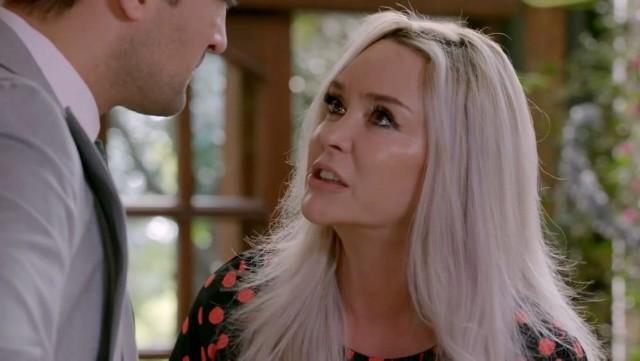"""Serial """"Elif"""", odcinek 1052. Emisja: poniedziałek, 20.09.2021Kiymet nie podoba się zainteresowanie, jakim Mahir darzy Melek. Postanawia zemścić się na niej za próbę zniszczenia jej planu. Mahir czuje się winny, że wystawił Melek na pastwę matki. Şafak jest zaskoczony faktem, że Jülide przyjęła do siebie Alev. Obawia się, że dziewczyna może znów coś knuć. Şafak i Jülide rozpoczynają przygotowania do ślubu. Leman, nie chcąc tracić syna, nalega, żeby zamieszkali wszyscy razem. Melek zaniepokojona stanem Macide próbuje namówić ją na wizytę u lekarza, jednak Kiymet przekonuje siostrę, żeby tego nie robiła. Melek widzi we śnie Jülide, zaniepokojona losem przyjaciółki postanawia ją odwiedzić i przy okazji dowiaduje się o zbliżającym się ślubie.To wydarzy się w kolejnych odcinkach >>>"""