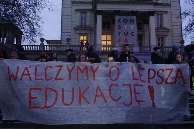 Strajk nauczycieliStrajk nauczycieli i pracowników oświaty rozpoczął się 8 kwietnia. Od tego czasu pedagodzy przychodzą do szkół, ale nie wykonują swojej pracy. To spowodowało chaos - w całej Polsce zajęcia lekcyjne są zawieszane, uczniowie nie chodzą do szkoły. Z trudem udało się przeprowadzić egzaminy gimnazjalne i ósmoklasistów, ponieważ wielu dyrektorów szkół nie mogło zebrać nauczycieli do komisji egzaminacyjnych. Teraz pod znakiem zapytania stoją matury.Nauczyciele domagają się podwyżki wynagrodzenia. Początkowo walczyli o 1000 zł, teraz postulują 30 proc. podwyżki rozłożonej na dwie tury - 15 proc. od 1 stycznia i 15 proc. od 1 września 2019 roku.Strajk nauczycieli ma trwać do odwołania.Kto jeszcze strajkuje? Przejdź dalej i sprawdź --->