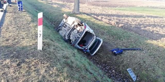 Na drodze krajowej nr 66 doszło do groźnego wypadku z udziałem trzech pojazdów. Siła uderzenia była na tyle duża, że jeden z nich dachował w rowie.