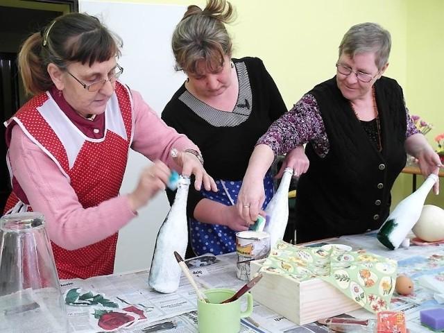 Jadwiga Misiak, Regina Kołodziejczak i Teresa Radoszewska sprawiły, że butelki przeistoczyły się w wazony