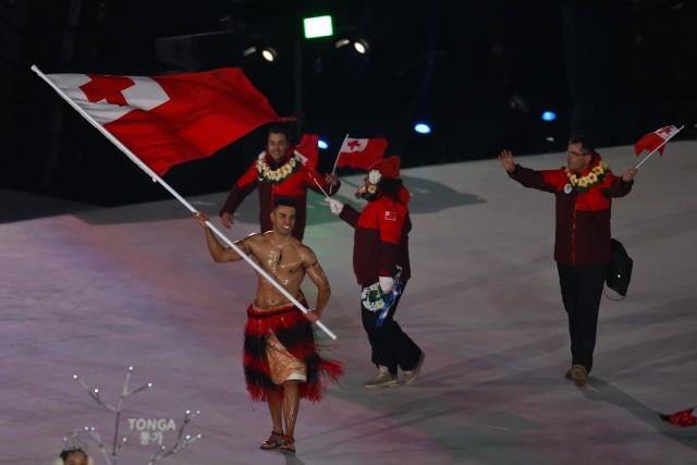 Ceremonia otwarcia Zimowych Igrzysk Olimpijskich w Pjongczangu miała kilka zaskakujących akcentów. Chorąży Tonga mimo mrozu przeszedł wyznaczoną trasę skąpo obrany. - Przebyłem Pacyfik, by dotrzeć do Pjongczangu. Takie zimno jest dla mnie niczym! - przekonywał prawie rozebrany i naoliwiony Pita Taufatuofa. Grupa Jamajczyków bawiła się tańcząc, a Rosjan prowadzono pod flagą olimpijską. Zobacz zdjęcia z ceremonii.