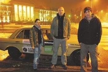 Ekipa rajdu Bydgoszcz-Dakar: (od lewej) Marta Lutrzykowska, Grzegorz Wałęsa i Michał Lutrzykowski, tuż przed wyjazdem.