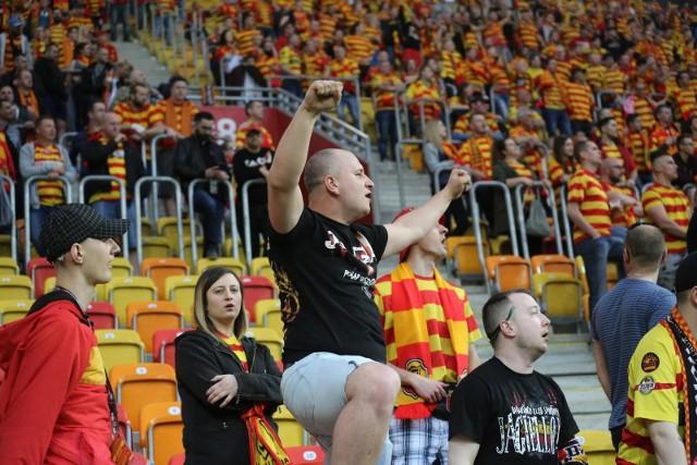 Kibice Jagiellonii Białystok na każdym meczy gorąco dopingują swoją drużynę. Zobacz jak wspierali swoją drużynę podczas meczu Jagiellonia - Górnik. Emocje były ogromne! Wynik jednak nie zadowolił.