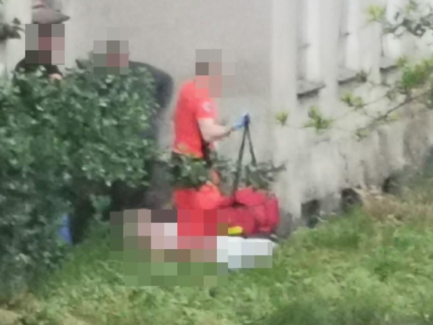 Kobieta wypadła z okna podczas wieszania firanek. Trafiła do szpitala
