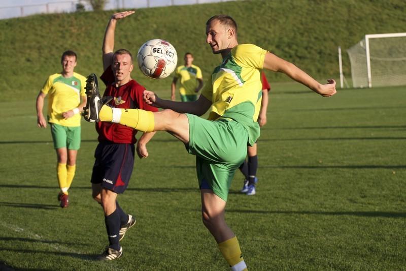 W środę w Dąbrowie Białostockiej, Dąb (żółte koszulki) zremisował po zaciętym meczu 1:1 z Pogonią Łapy
