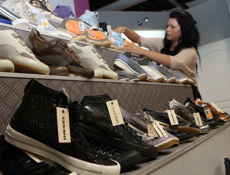05cf84f441cc6 W sklepie Sam s można znaleźć m.in. obuwie takich marek jak Diesel czy Puma