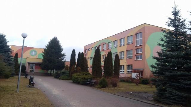 W Zespole Szkolno-Przedszkolnym w Jedlińsku zachorowało dwóch pracowników szkoły. W czwartek nie będzie tu żadnych zajęć.