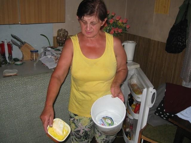 - Plasterki kiełbasy albo jogurt trzymam w zimnej wodzie, bo lodówka jest nieczynna - mówi Małgorzata Wykocka.