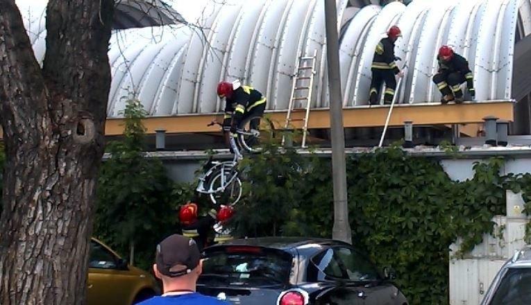 Rower z dachu hali targowej zdjęli strażacy.