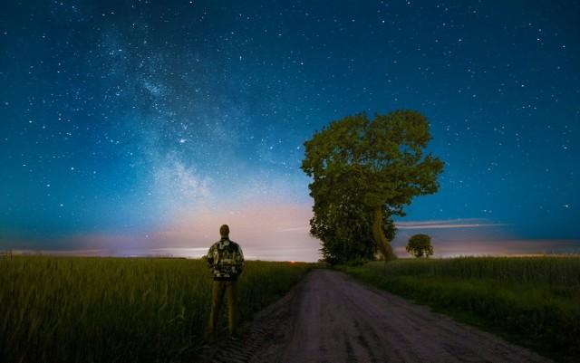 - Kometa C/2020 F3 Neowise na lubuskim niebie.Zdjęcie wykonane 11 lipca po godzinie 23:00 na drodze Przybyszów - Potrzebowo, tuż przy granicy dwóch województw. Ostatnia taka okazja trafiła się 23 lata temu w 1997 roku była to kometa Halle'a Boppa i jak ta była widoczna gołym okiem i na północnym horyzoncie - opisuje pan Przemysław.
