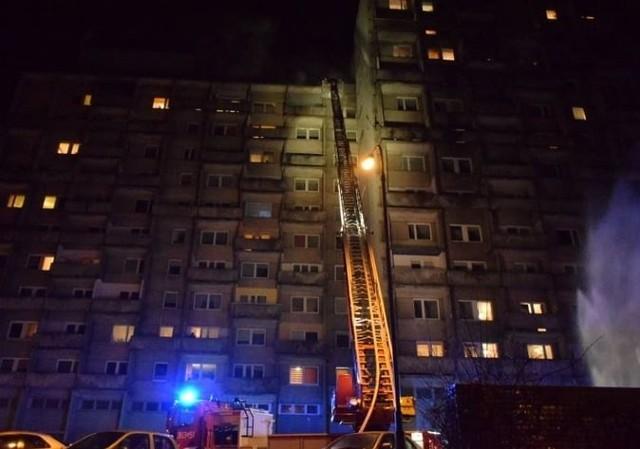 Aż 11 zastępów gasiło pożar mieszkania na 10. piętrze wieżowca przy ul. Piotrkowskiej 204, który wybuchł we wtorek ok. godz. 22. Cztery osoby zostały ranne. Po około godzinie sytuacja została opanowana pożarowo.