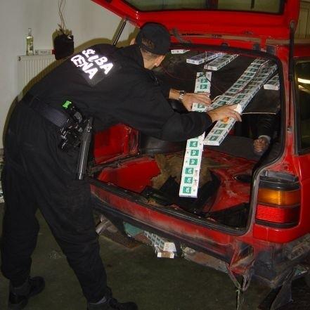 Podczas rewizji pojazdów celnicy ujawnili łącznie 12.215 paczek papierosów bez polskich znaków akcyzy