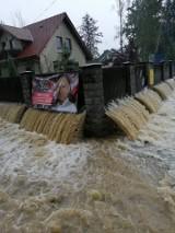 Nawałnica pod Myślenicami. Woda wdarła się do wielu budynków i podmyła drogi [ZDJĘCIA, FILMY]