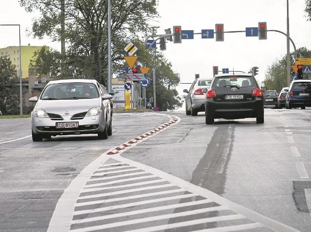 Od kilku dni na ulicy Kujawskiej kierowcy muszą jeździć inaczej. Wytyczono 3 pasy, w tym 2 prowadzą do ronda Bernardyńskiego