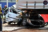 Tragiczny wypadek na S8 w Warszawie. Zginął kierowca z Sosnowca. Jego auto zostało zmiażdżone przez dwa TIR-y
