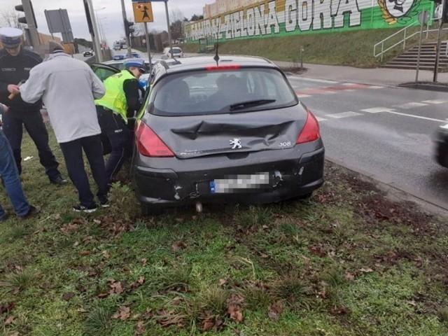 Do zderzenia busa i peugeota doszło w poniedziałek, 10 lutego, na Trasie Północnej na pasach w kierunku ronda Rady Europy.Kierujący citroenem busem uderzył w tył peugeota zatrzymującego się przed przejściem dla pieszych. Na miejsce został wezwana zielonogórska drogówka. Na szczęście nikomu nic się nie stało. Zdarzenie zostało zakwalifikowane jako kolizja.WIDEO: Międzyrzecz. Wypadek na trasie S3 w stronę Zielonej Góry
