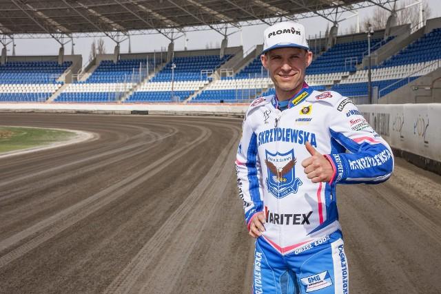 Norbert Kościuch prezentuje nowy kevlar.
