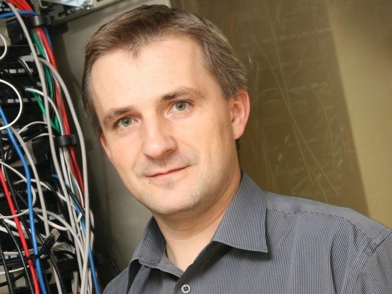 - Mamy mobilną pracownię multimedialną i szkolenia możemy organizować nawet poza szkołą - mówi Roman Modrzejewski.