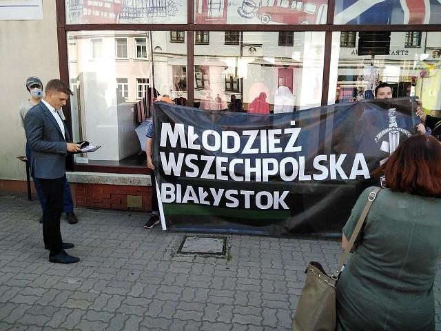 """Młodzież Wszechpolska zorganizowała protest przeciwko filmowi """"W mieście Białystok"""""""