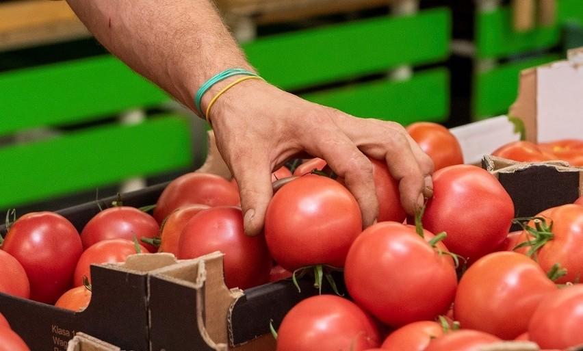 Niektórzy są za zakazem dotykania arykułów świeżych, jak m.in. warzyw i owoców, ale inni idą jeszcze dalej. Są za zakazem dotykania wszystkich towarów.