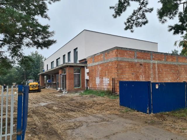 Osiedle JAR w Toruniu cały czas się rozwija. Dom parafialny jest już prawie gotowy. Niebawem ruszą pierwsze prace związane z nową linią tramwajową. Miasto ma w planach także budowę szkoły podstawowej na osiedlu JAR. Sprawdzamy, na jakim etapie są wszystkie te inwestycje.