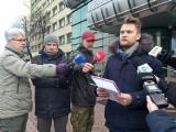 Banery Łupaszki w Białymstoku. Poseł PO Krzysztof Truskolaski przekazał marszałkowi protest mieszkańców