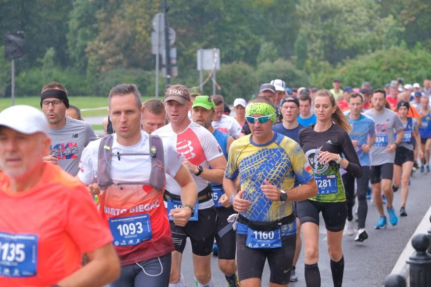 Od ponad 40 lat ostatni weekend września przemienia się w stolicy w prawdziwe święto biegania. Nie inaczej jest i w tym roku, choć reżim sanitarny wymusił na organizatorach duże zmiany w formule oraz trasie imprezy. Tak czy inaczej w 42. PZU Orlen Maratonie Warszawskim wzięło udział mnóstwo biegaczy. Zobacz zdjęcia uczestników! A to dopiero pierwsza część!