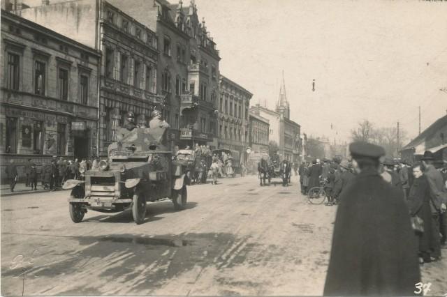 Francuski samochód pancerny na Bahnhofstrasse (ul. Dworcowa) w Gliwicach 26 VI 1921 r.Zobacz kolejne zdjęcia. Przesuwaj zdjęcia w prawo - naciśnij strzałkę lub przycisk NASTĘPNE