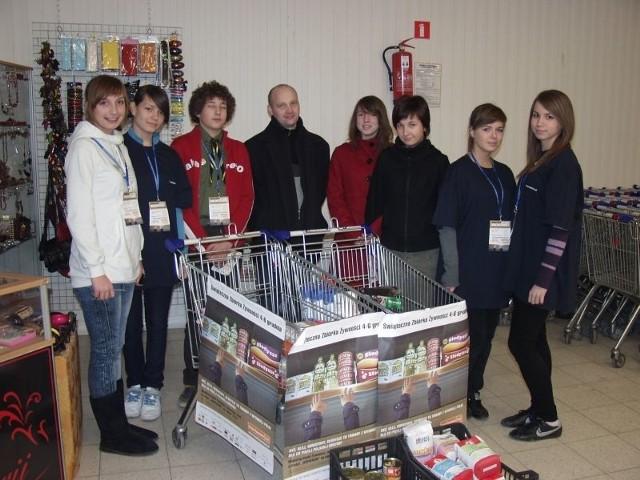 Wolontariusze, którzy zbierają żywność w Carrefour